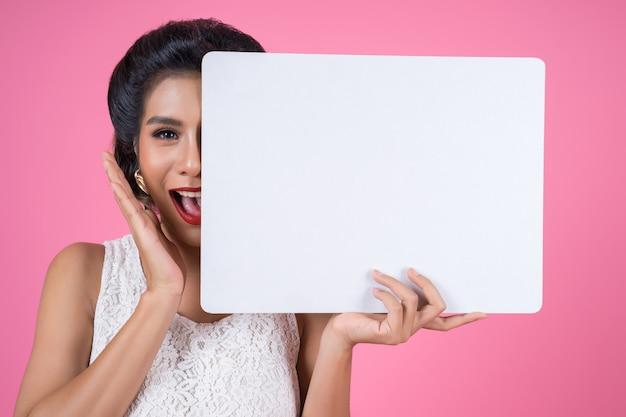Retrato de mujer de moda mostrando la bandera blanca Foto gratis