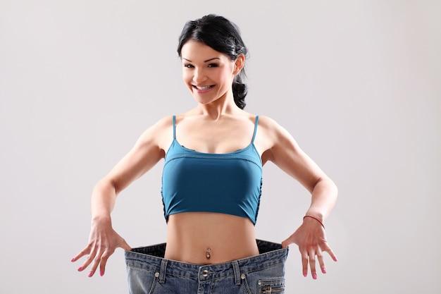 Retrato de una mujer mostrando su pérdida de peso Foto gratis