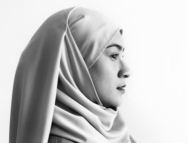 Retrato de una mujer musulmana Foto gratis