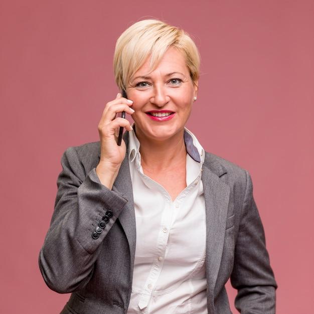 Retrato de mujer de negocios de edad media Foto gratis