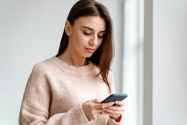 Retrato de mujer de negocios joven con móvil Foto gratis