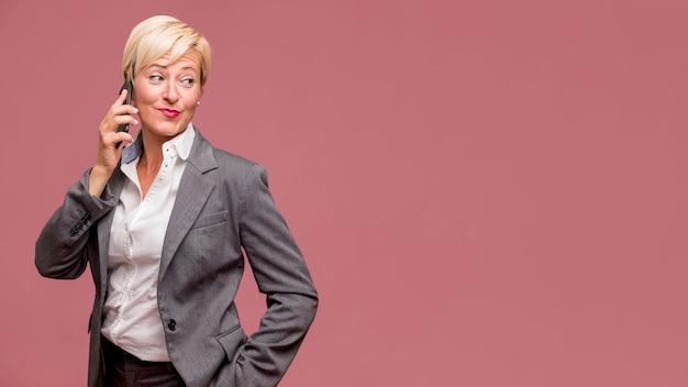 Retrato de mujer de negocios moderna con copyspace Foto gratis