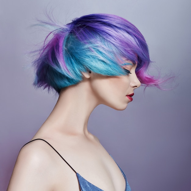 Retrato de mujer con pelo brillante color volando Foto Premium