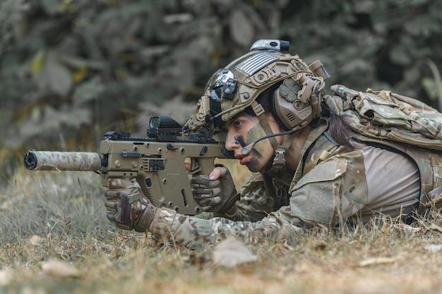 Retrato de una mujer soldado Foto Premium