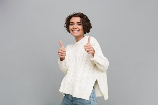 Retrato de una mujer sonriente feliz en suéter Foto gratis