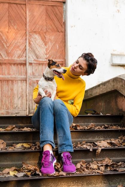 Retrato de mujer con su mejor amiga Foto gratis