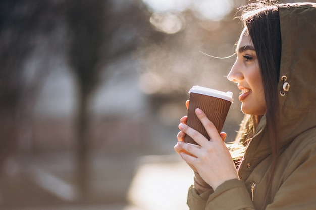 Retrato de mujer tomando café Foto gratis