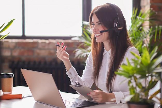 Retrato de mujer trabajadora de servicio al cliente Foto gratis