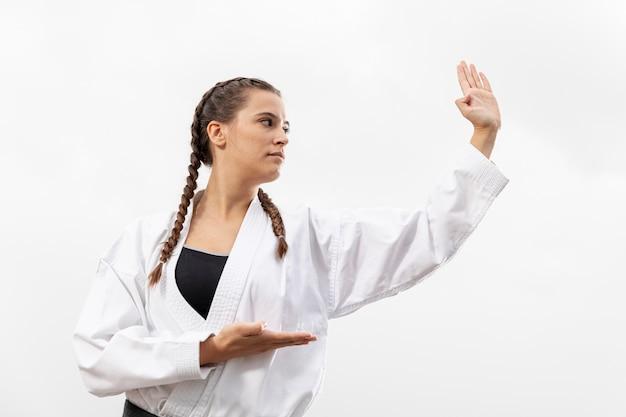 Retrato de mujer en traje de artes marciales Foto gratis