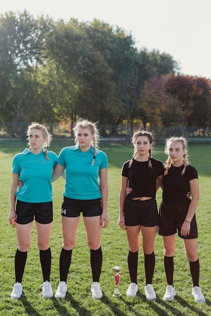 Retrato de mujeres en equipos de fútbol Foto gratis