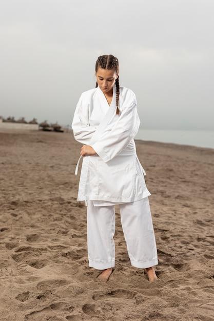 Retrato de niña atlética en traje de karate Foto gratis
