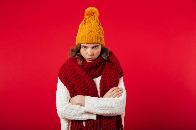 Retrato de una niña enojada vestida con sombrero de invierno Foto gratis