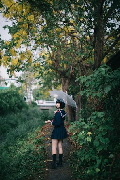 Retrato de niña de la escuela asiática caminando Foto Premium
