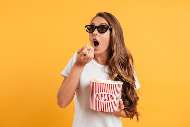 Retrato de una niña excitada en gafas 3d Foto gratis