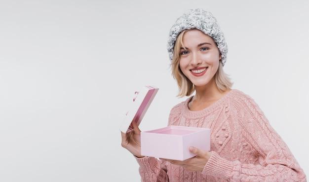 Retrato de niña feliz abriendo una caja de regalo Foto gratis