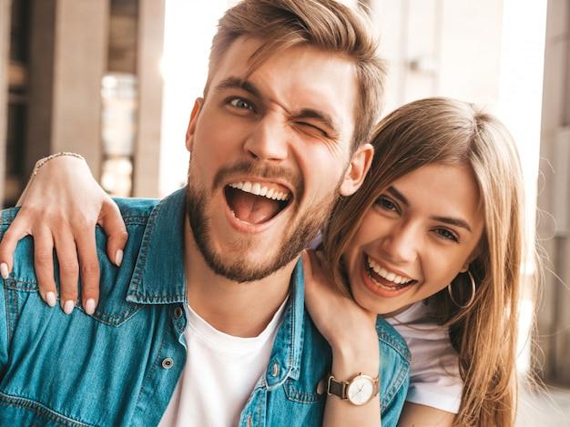Retrato de niña hermosa sonriente y su novio guapo. mujer en ropa casual jeans de verano. . parpadeo Foto gratis