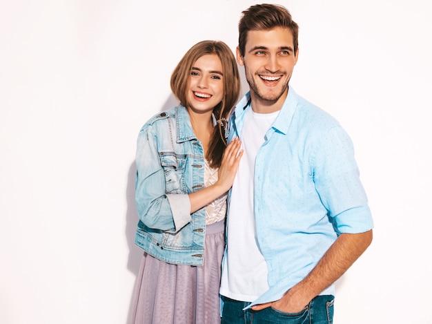 Retrato de niña hermosa sonriente y su novio guapo riendo. Foto gratis