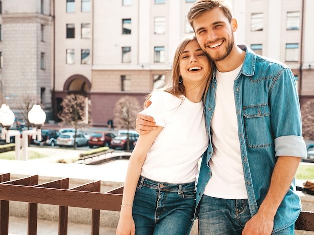 Retrato de niña hermosa sonriente y su novio guapo en ropa casual de verano. . abrazando Foto gratis