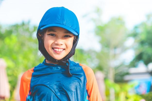 Retrato de una niña está jugando en la piscina de entrenamiento Foto Premium
