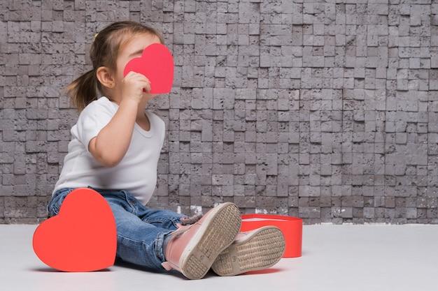 Retrato de niña pequeña posando Foto gratis
