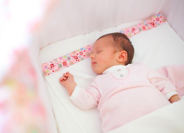 Retrato de niña recién nacida durmiendo Foto Premium