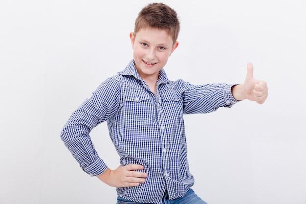 Retrato de niño feliz mostrando pulgar arriba gesto Foto gratis
