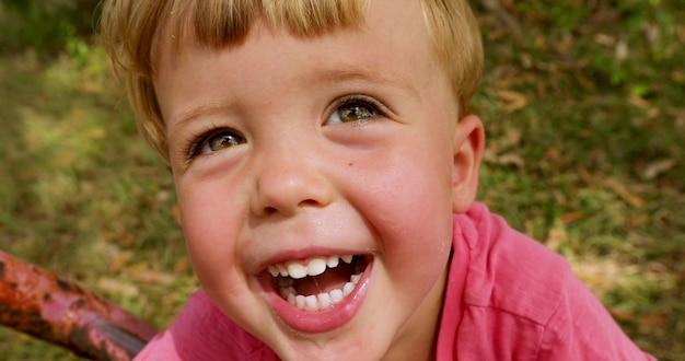 Retrato de un niño feliz en el parque Foto Premium