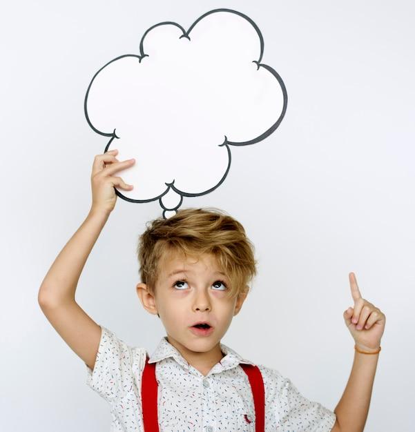Retrato de niño sosteniendo el icono de papel Foto Premium