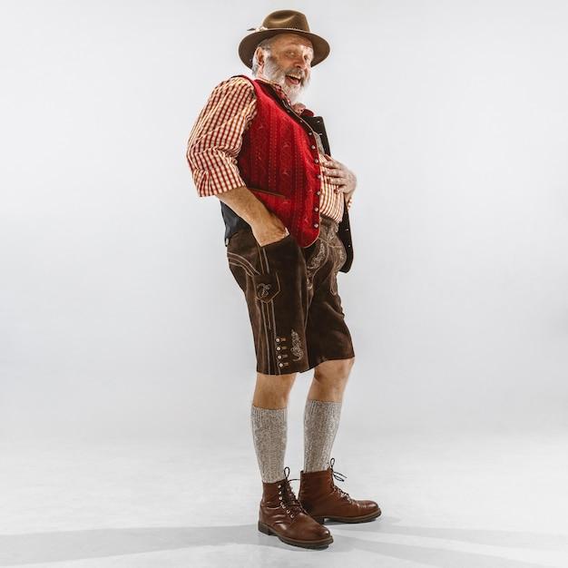 Retrato de oktoberfest senior hombre con sombrero, vistiendo la ropa tradicional bávara Foto gratis