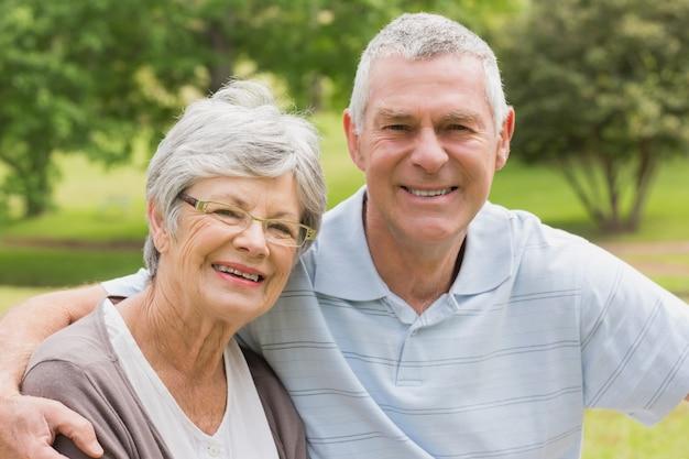 Retrato de una pareja de ancianos en el parque Foto Premium