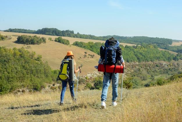 Retrato de pareja de excursionistas felices en el campo Foto Premium