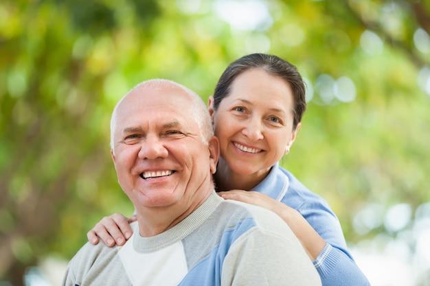 Retrato de pareja madura en el parque de otoño Foto gratis