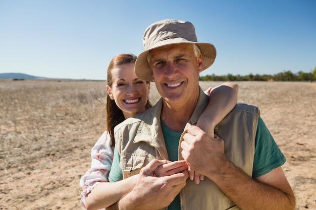 Retrato de una pareja sonriente en el paisaje Foto gratis