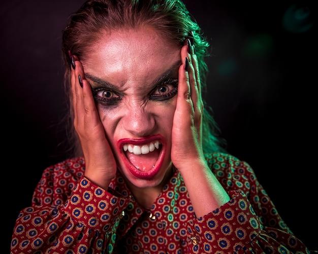 Retrato de un personaje de terror de payaso maquillaje gritando Foto gratis