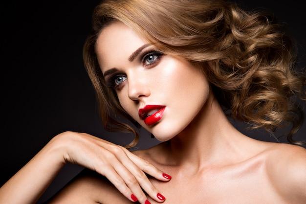 Retrato de primer plano de hermosa mujer con maquillaje brillante Foto Premium