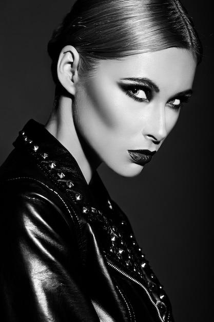 Retrato de primer plano de look.glamor de alta moda de hermosa sexy modelo caucásica joven elegante con maquillaje moderno brillante, con labios rojos oscuros, con piel limpia perfecta Foto gratis