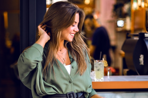 Retrato de retrato magnífico joven modelo sensual con largos cabellos castaños y tímida sonrisa linda, belleza pura natural, maquillaje suave de cerca. Foto gratis