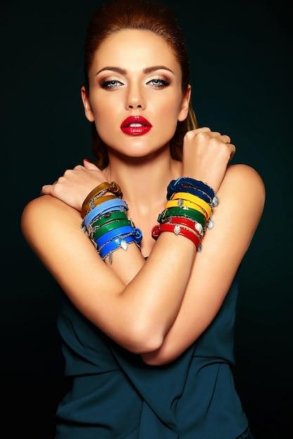 Retrato sensual glamour de mujer hermosa modelo con maquillaje fresco diario con color de labios rojos y piel limpia y saludable. Foto gratis