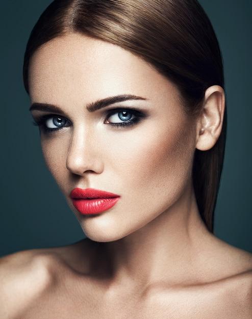 Retrato sensual de mujer hermosa modelo dama con maquillaje diario fresco con labios rojos y cara de piel limpia y saludable Foto gratis