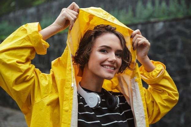 Retrato de una sonriente adolescente alegre con auriculares Foto gratis
