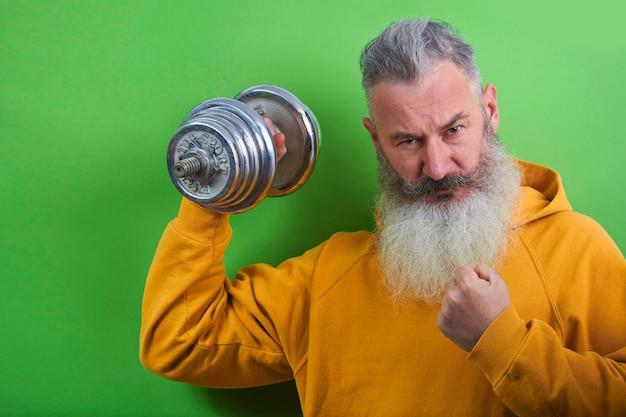 Retrato de sonriente hombre barbudo maduro con mancuerna Foto Premium