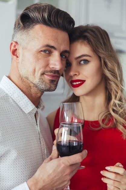 Retrato de una sonriente pareja romántica elegante vestido Foto gratis