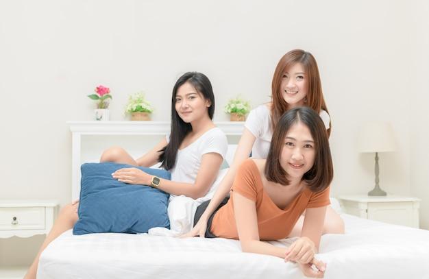 El Retrato De Tres Muchachas Bonitas Sonríe En Cama