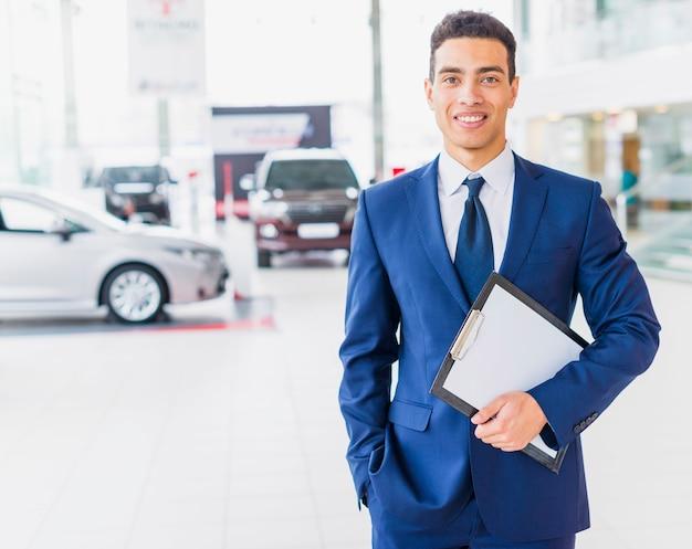 Retrato de vendedor de concesionario de coches Foto gratis