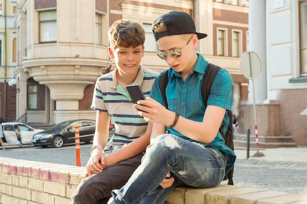 Retratos al aire libre de dos niños Foto Premium