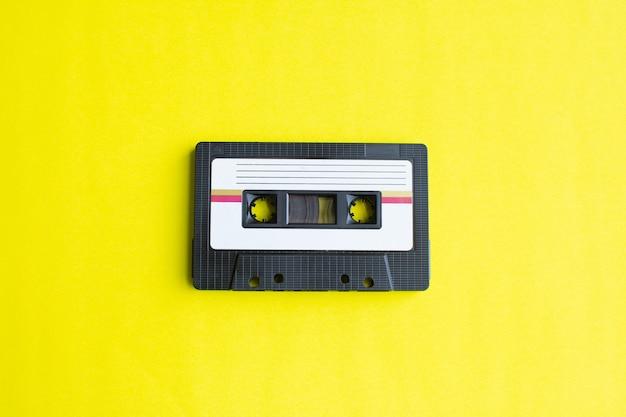 Retro del cassette de cinta en fondo amarillo. enfoque suave. Foto Premium