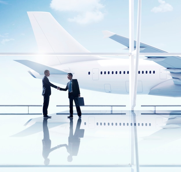 Reunión de aeropuerto de hombres de negocios occidental y asiático Foto gratis