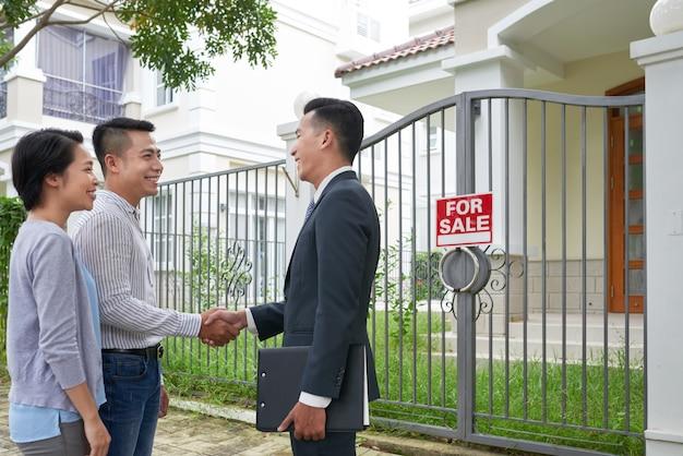 Reunión del cliente con el agente inmobiliario Foto gratis