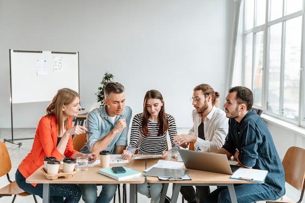Reunión de empresarios en la oficina de trabajo Foto gratis