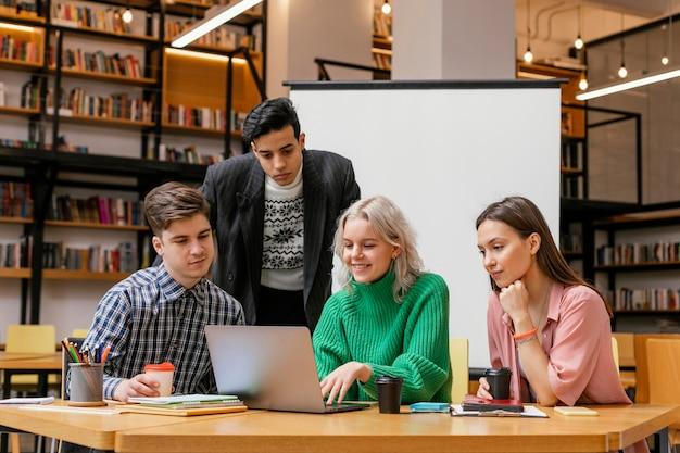 Reunión de empresarios en la oficina Foto gratis
